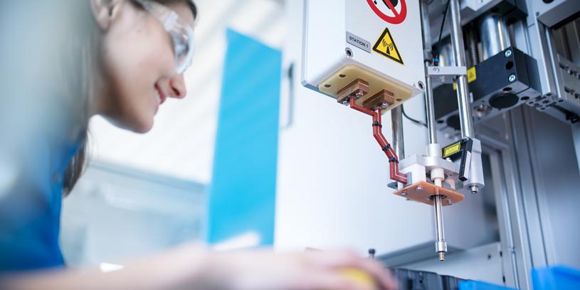 Eine Frau bedient das thermische Einbett-System von MÜKO.
