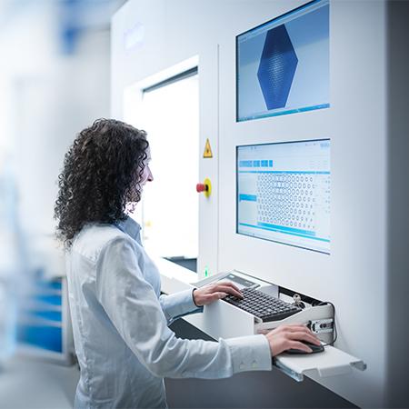 Eine Frau bedient die Permacut-Maschine.