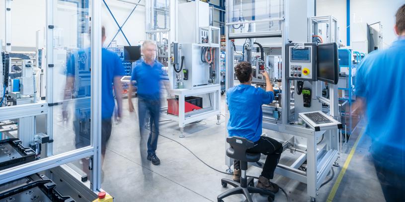 Eine geschäftige Arbeitssituation in der Produktionshalle.